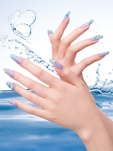 ice MAUVE<br />The shine of a crystal clear mauve that dresses up the fingertips, rendering a cool, sylish and confident feel.